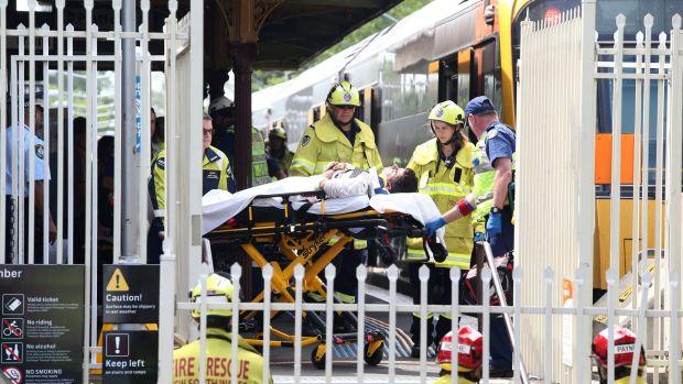 В Австралии пассажирский поезд врезался в ограждение на станции