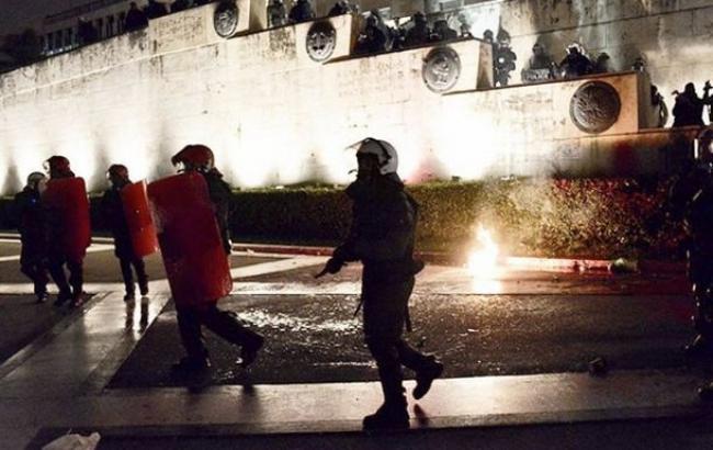 В Афинах полиция применила против протестующих слезоточивый газ