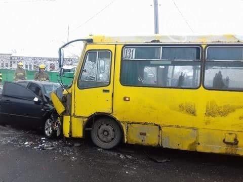 В Мариуполе в ДТП с маршруткой погиб один человек, еще 8 пострадали