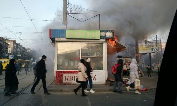 В Киеве загорелся МАФ возле станции метро
