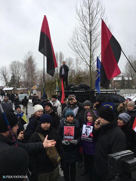 Активисты провели акцию за импичмент возле дома Порошенко