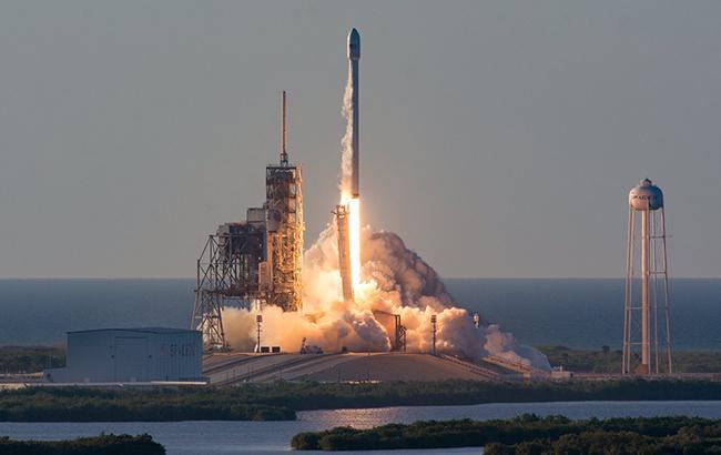 SpaceX запустила ракету Falcon 9 со спутнико