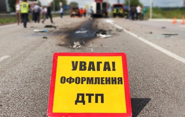 В Киеве автомобиль въехал в фонарный столб, есть погибшие