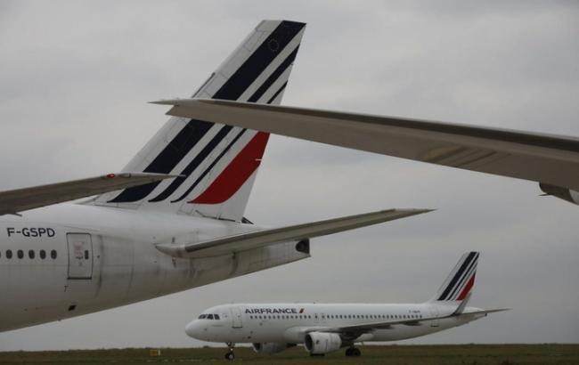 В аэропорту Парижа столкнулись два пассажирских самолета