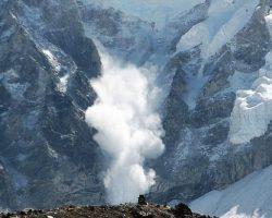 ГСЧС предупреждает о сильном ветре в Приазовье и лавинах в Карпатах