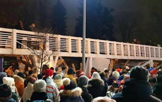 В России обрушился пешеходный мост с людьми