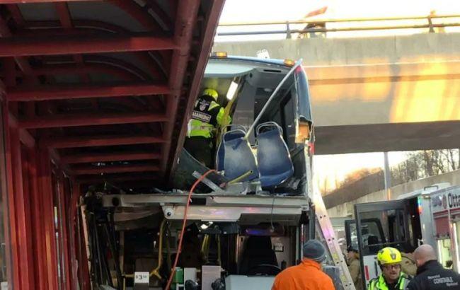 В Канаде автобус наехал на остановку, есть погибшие и пострадавшие