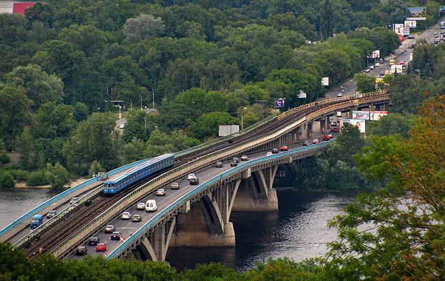 В Киеве в ночь на 5 января перекроют движение транспорта на мосту Метро