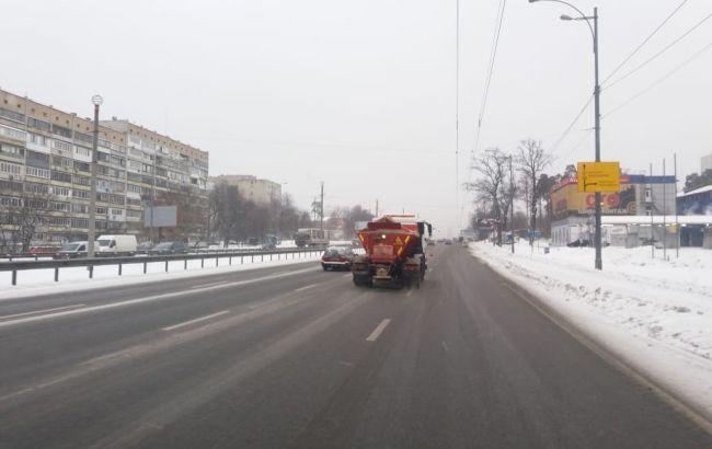 На дорогах Киева утром работают солеразбрасыватели и снегоуборочная техника, - КГГА