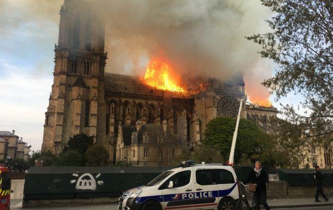 В Париже потушили огонь в Нотр-Дам де Пари