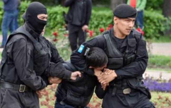 В Казахстане в день выборов задержали около 100 протестующих