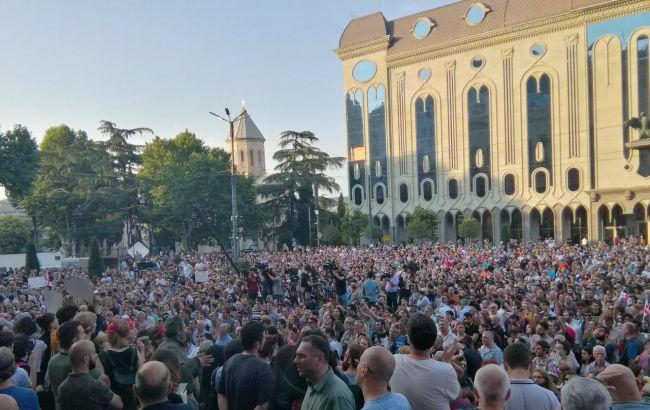 В Грузии возобновились протесты у здания парламента
