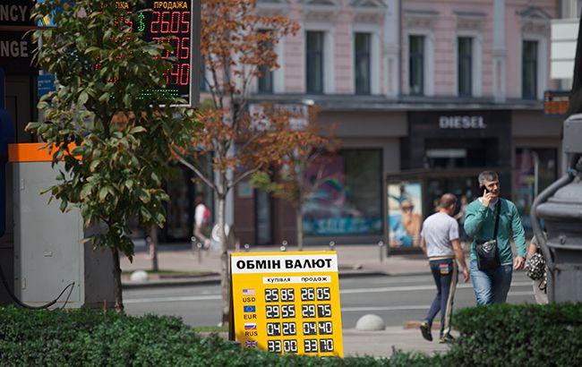 Доллар и евро снизились на наличном рынке