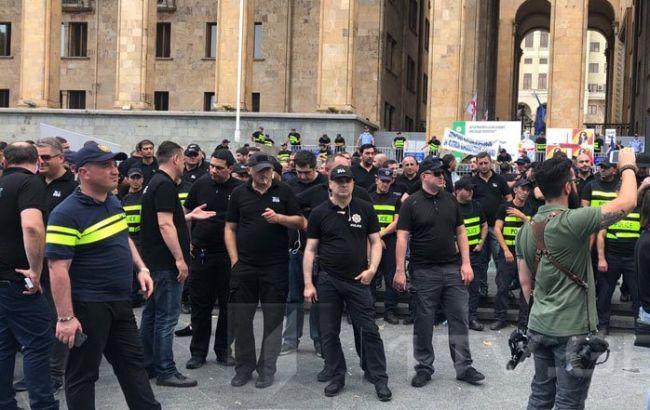 В Грузии полиция из-за протестов оцепила здание парламента