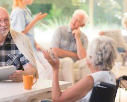 Какой уход обеспечивают людям в домах престарелых