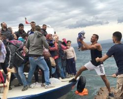Италия спустя три недели разрешила сотни мигрантам сойти на берег