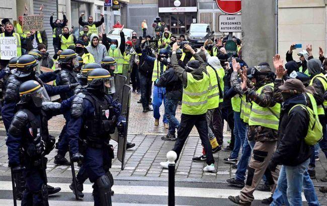 В Париже несколько сотен