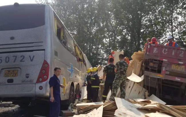 В Китае в результате столкновения автобуса с грузовиком погибли более 35 человек