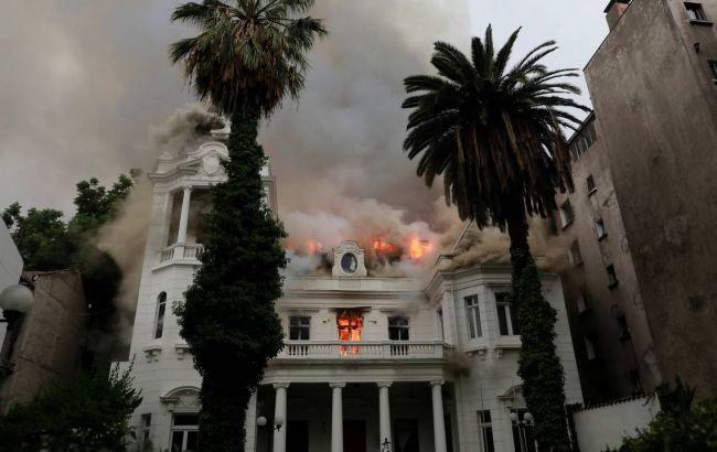 В столице Чили во время протестов подожгли университет