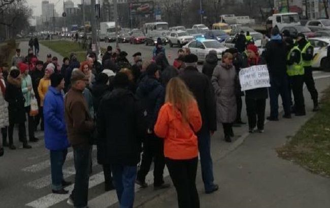 В Киеве жители одного из домов перекрыли движение на проспекте Победы