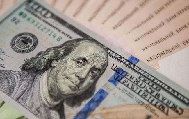 Курс доллара на межбанке снова упал ниже 24 гривен