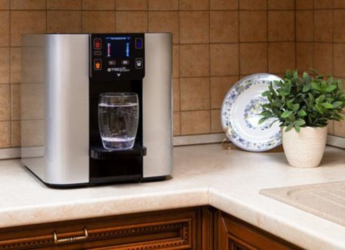 Ассортимент емкостей для питьевой воды и аксессуаров