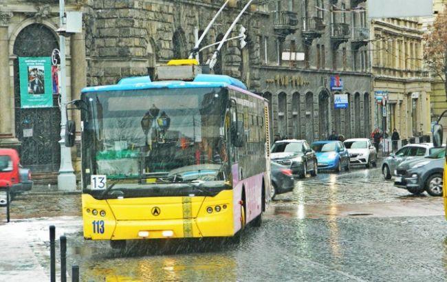 Во Львове троллейбус сбил пешехода
