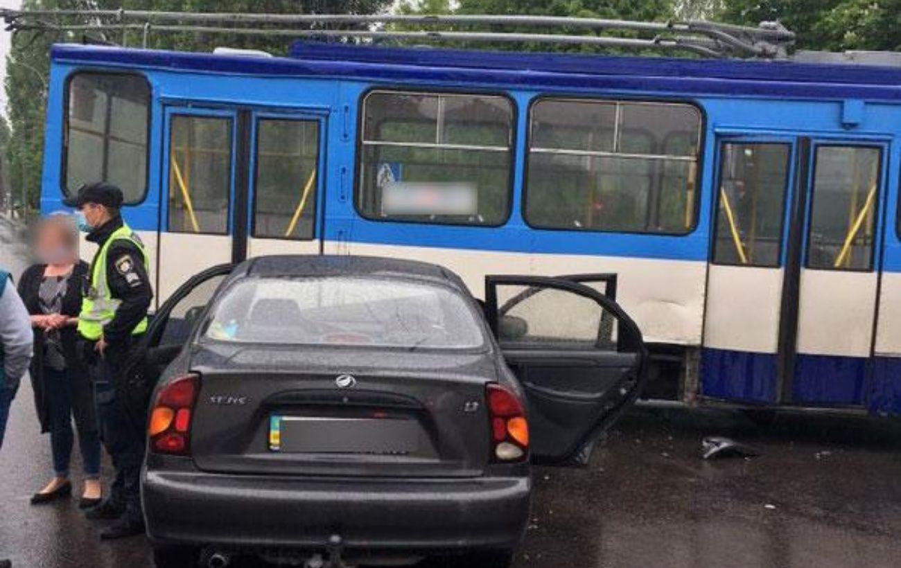 В Ровно Lanos въехал в троллейбус, есть пострадавшие