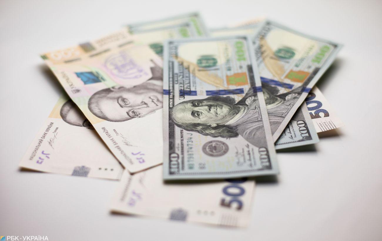 НБУ снизил официальный курс доллара до минимума за два месяца