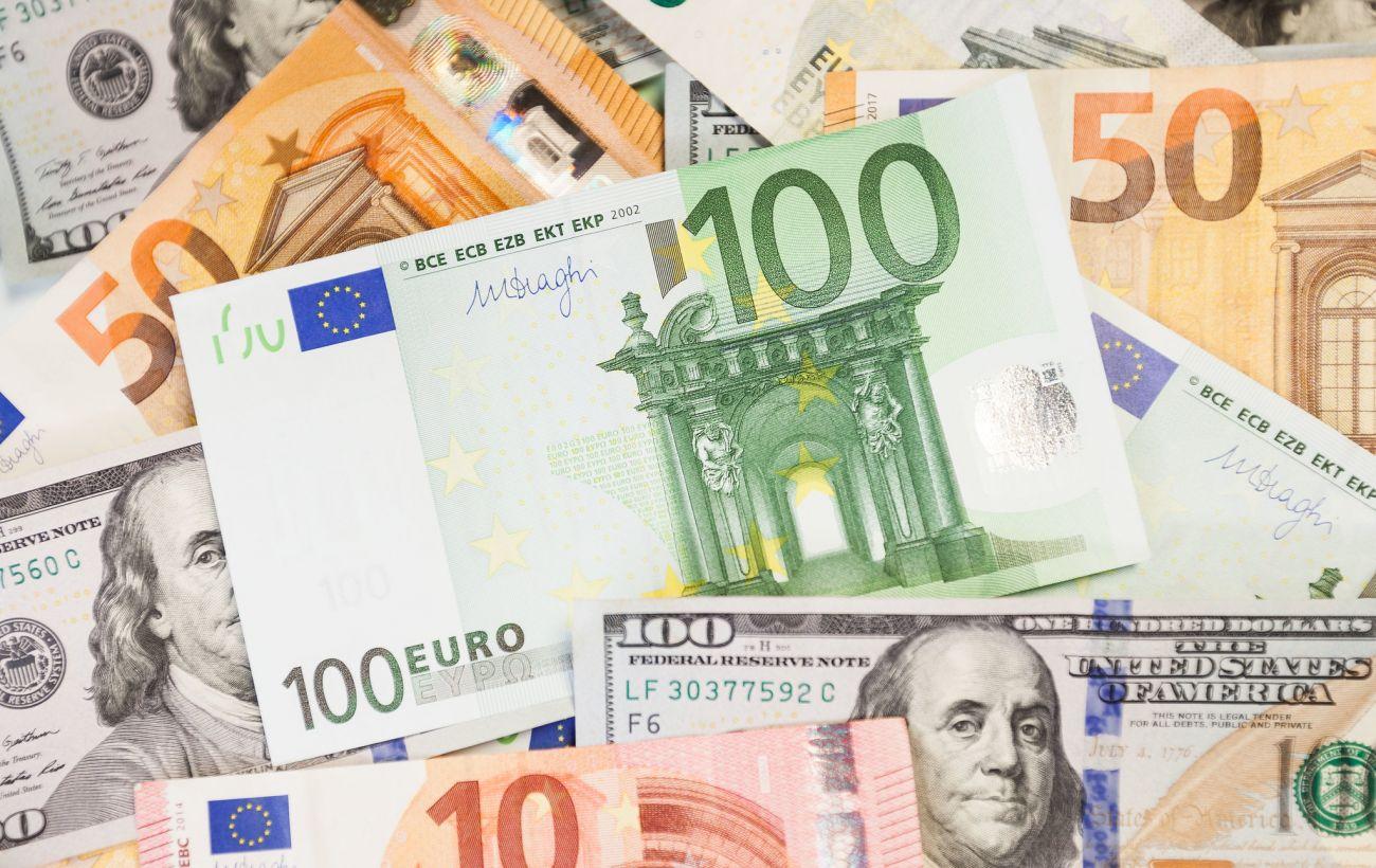 НБУ поднял официальный курс евро до психологической отметки