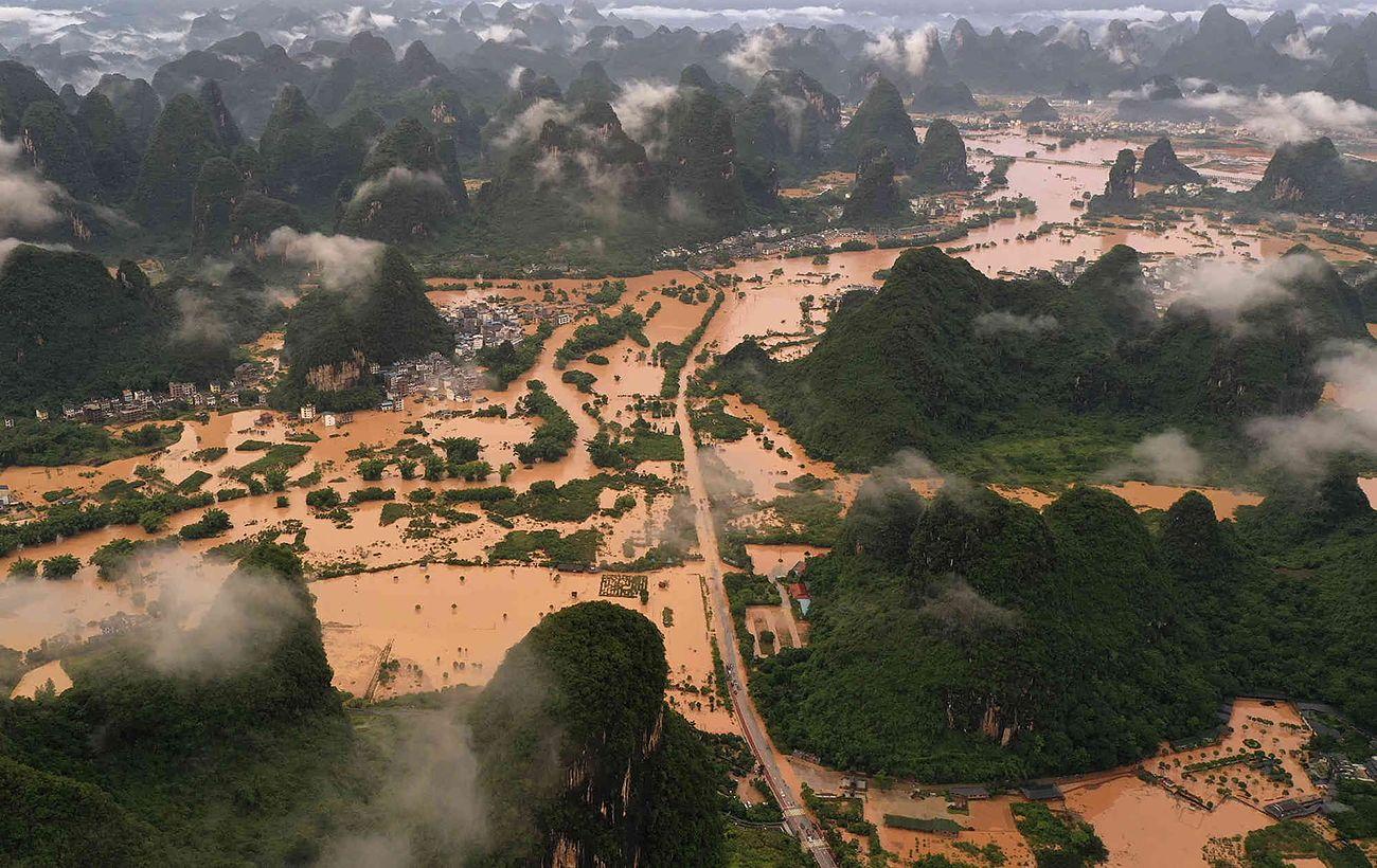 Китай затопило: более десятка погибших, разрушены тысячи домов