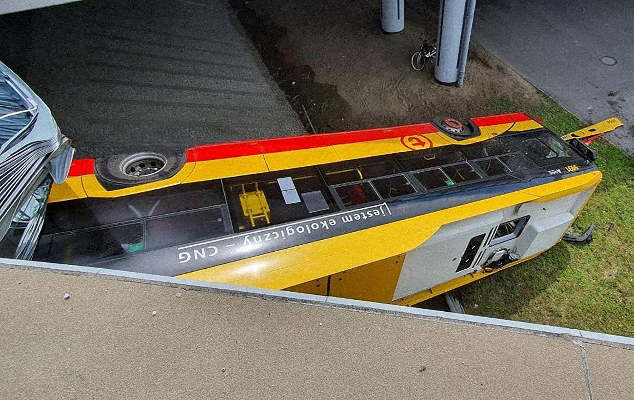 В Польше с моста упал автобус, есть погибший и десятки раненых