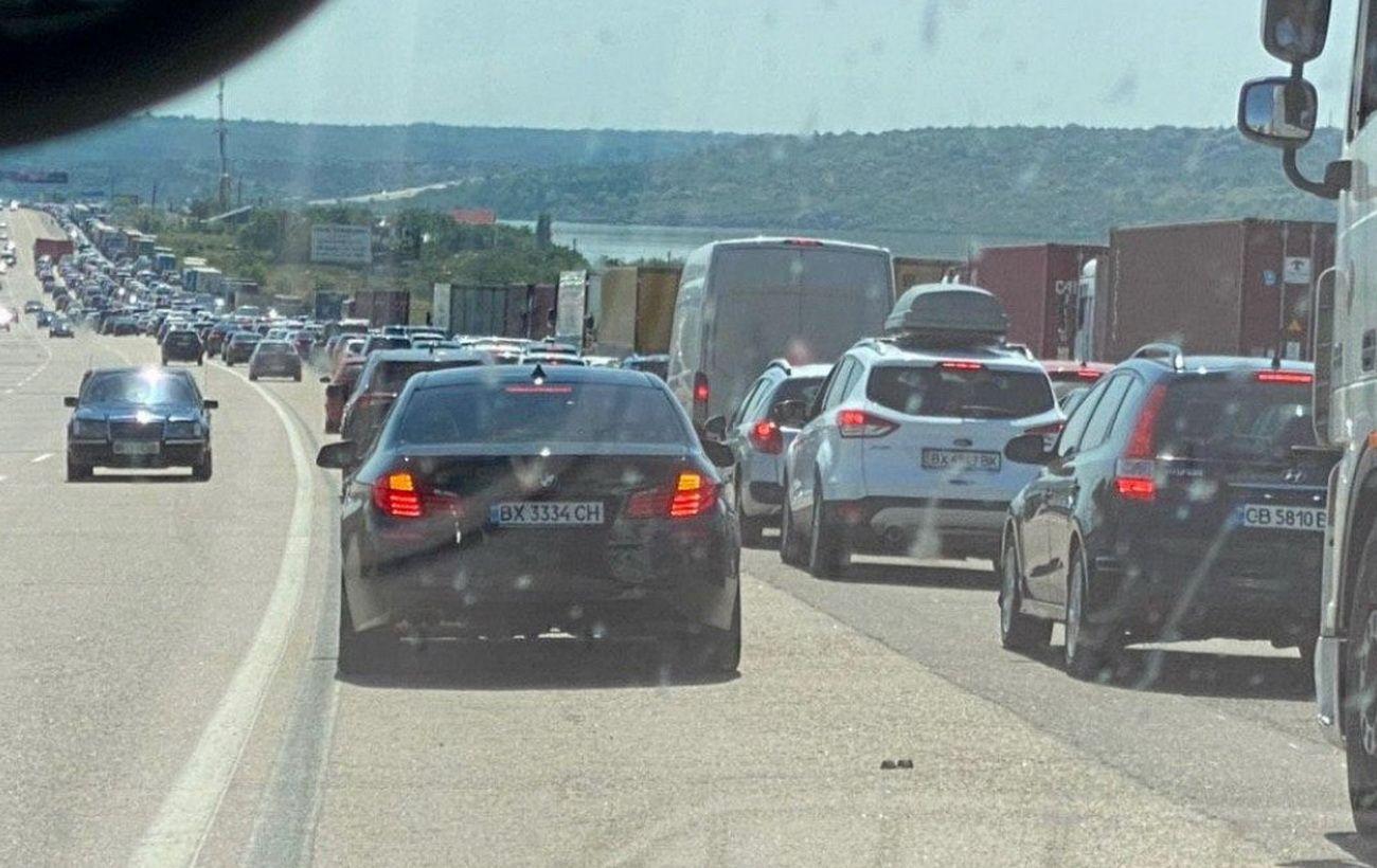 На въезде в Одессу растянулась многокилометровая пробка