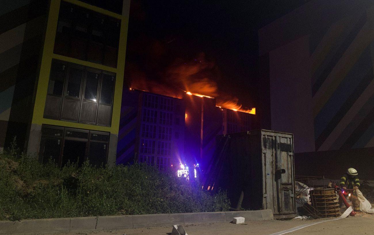 Горит крыша и слетают элементы обшивки: в Киеве пожар в недостроенном доме