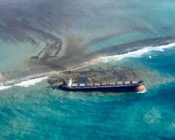 У берегов Маврикия затонул танкер. Власти говорят об экологической катастрофе