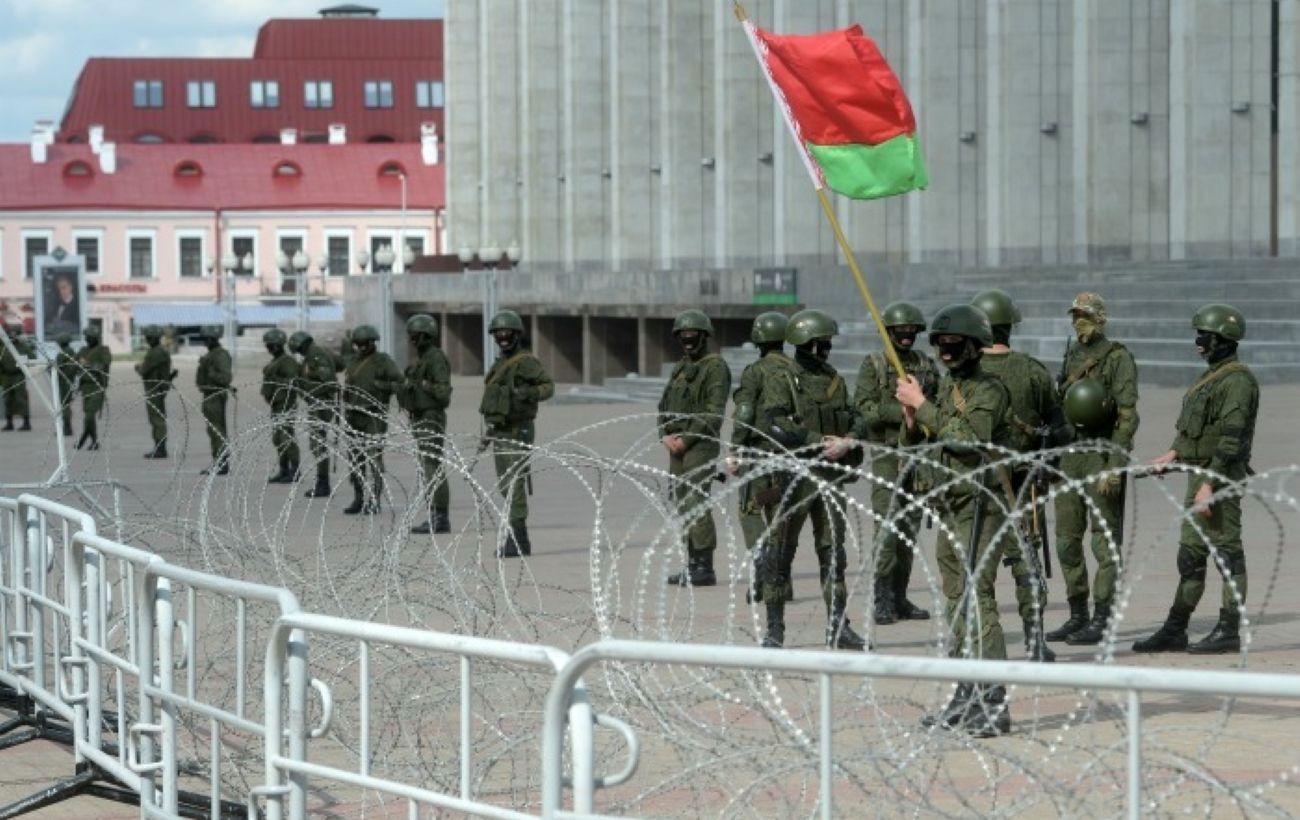 В центр Минска стянули бронетехнику с военными