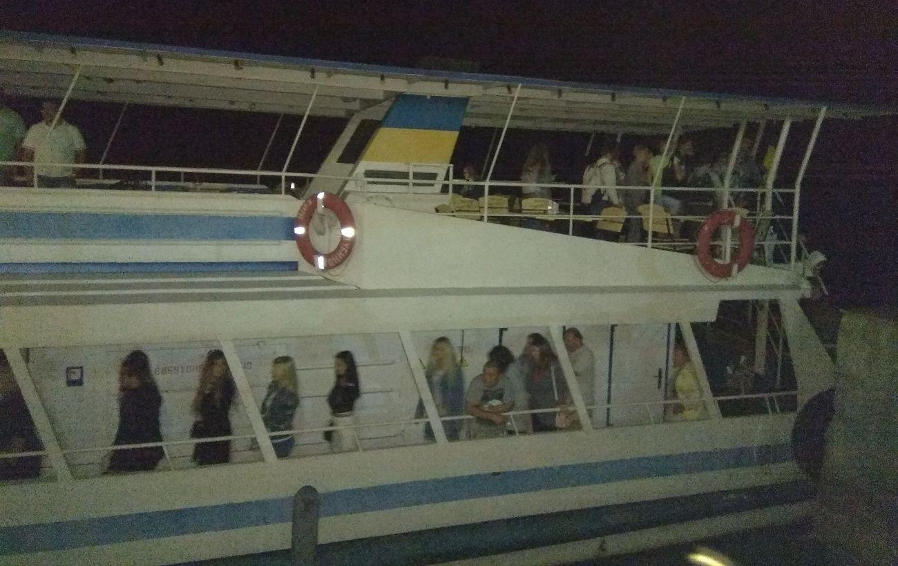 В Черкассах посреди Днепра заглох теплоход, часть пассажиров эвакуировали