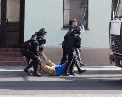 Правозащитники сообщают о десятках задержанных в Беларуси