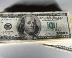 Официальный курс доллара снижается третий день подряд