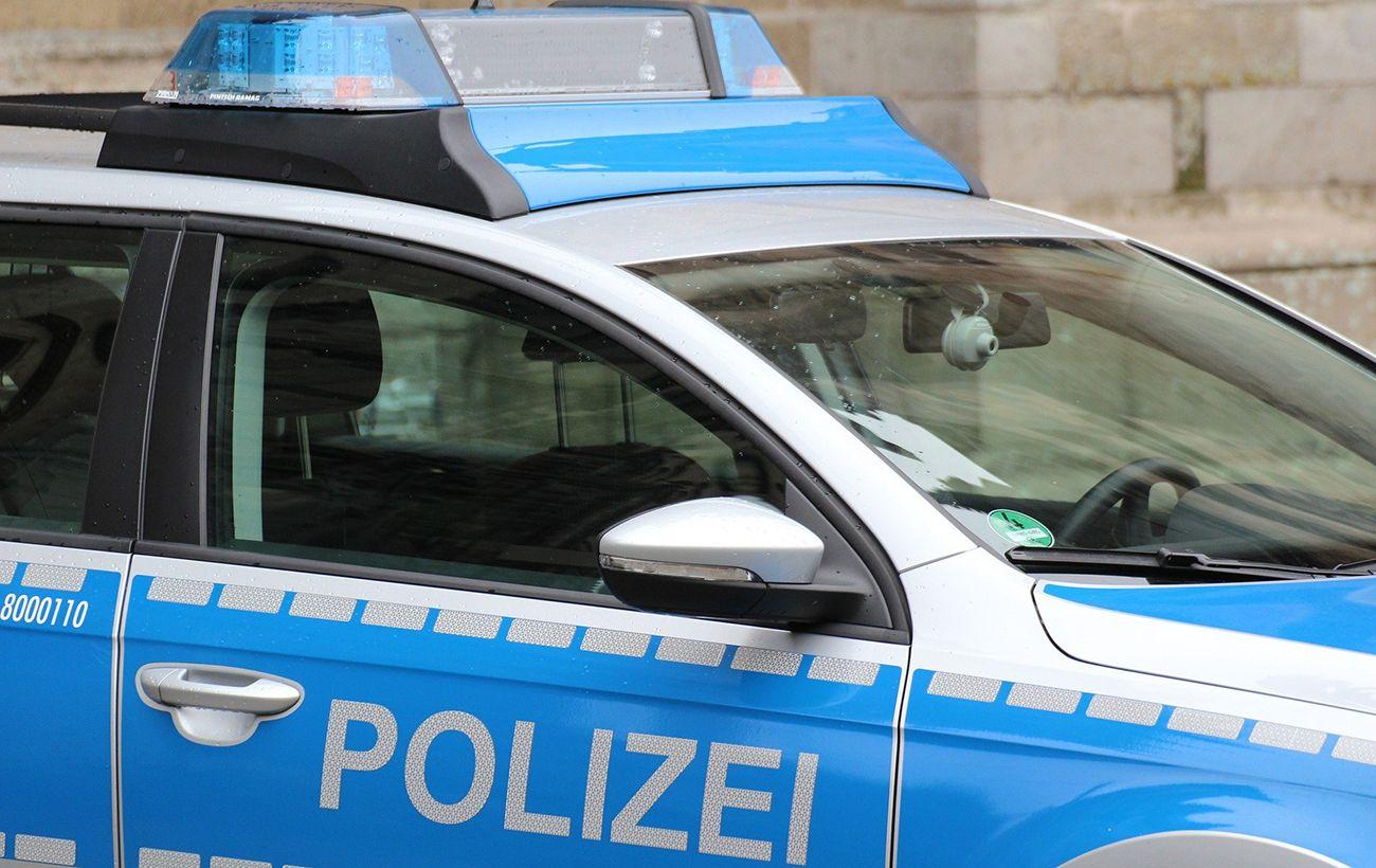 В Германии автомобиль врезался в группу людей на тротуаре, есть жертвы