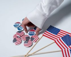 В США люди часами стояли в очереди, чтобы досрочно проголосовать на выборах