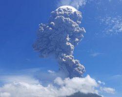В Индонезии началось извержение вулкана, над страной частично запретили полеты