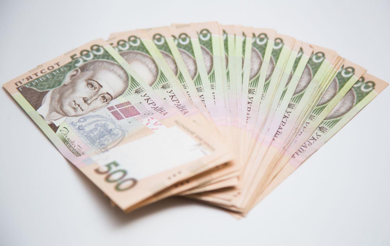 По 8 тысяч гривен получили еще 75 тысяч ФОПов и наемных работников