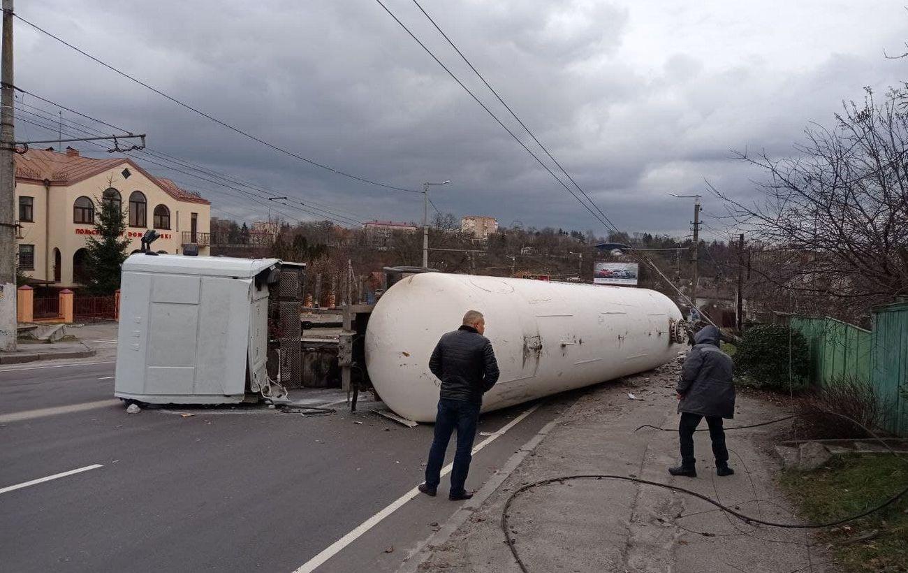В Житомире перевернулась цистерна с газом и перекрыла дорогу