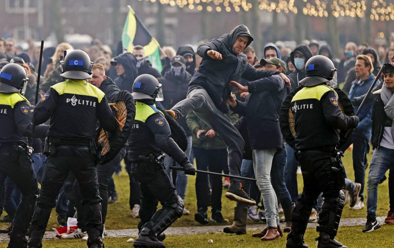 В Амстердаме прошел протест против локдауна, полиция использовала водометы