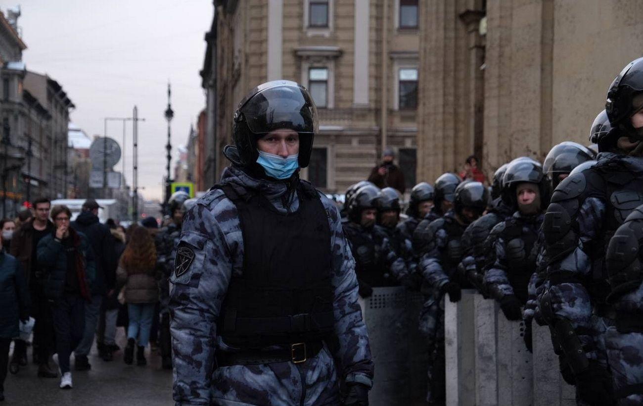 На протестах в России жестко задерживают людей. Их число уже превысило 500