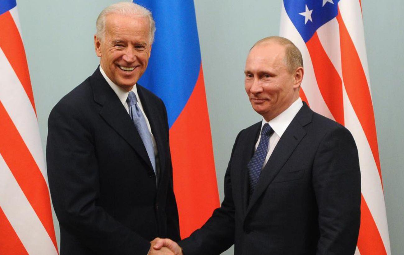 Байден впервые в роли президента поговорил с Путиным