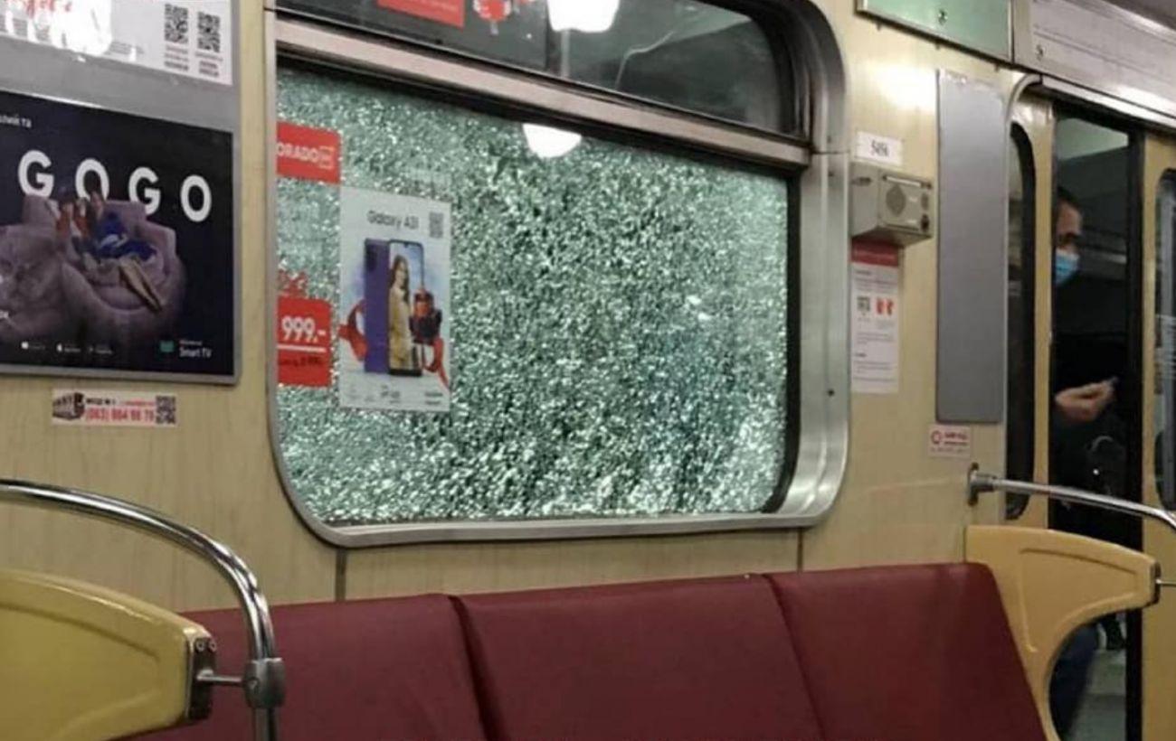Вандалы разбили окна в поездах киевского метро, в вагонах были люди