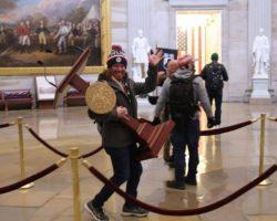 Прокуроры заявили о планахмитингующих убить конгрессменов во время штурма Капитолия, - АР