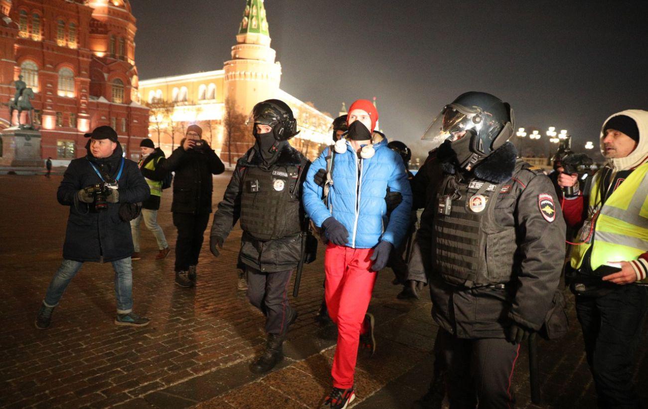 В России на акциях после приговора Навальному начались задержания